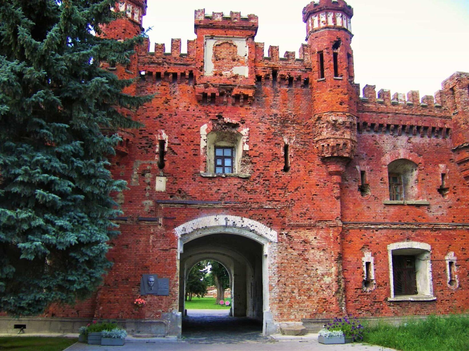 Брестская крепость спереди