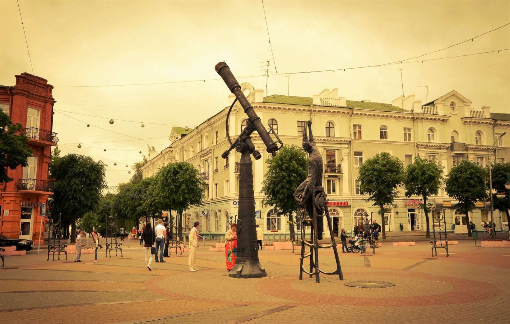 Памятник звездочету на площади
