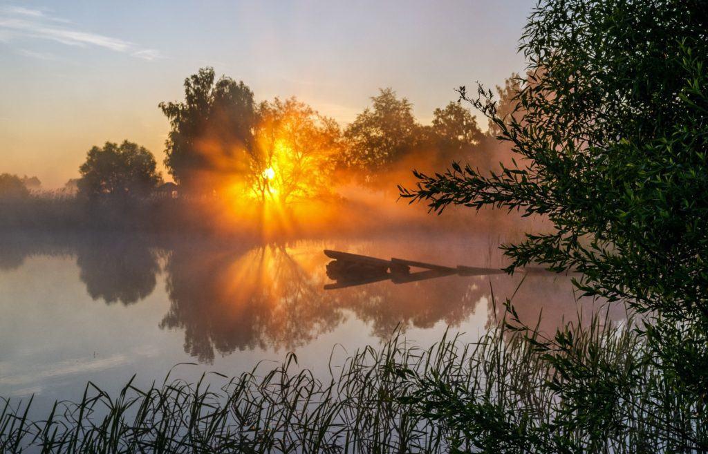 Оранжевое солнце на озере