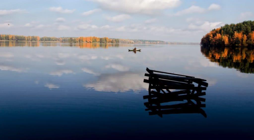 Лодка на озере, природа Беларуси летом