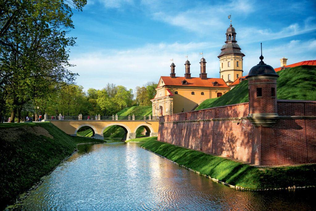 Весь Несвижский замок, ров и парк