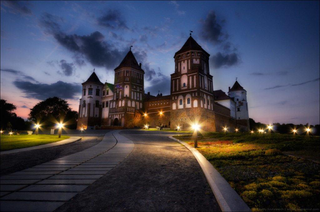Мирский замок вечером