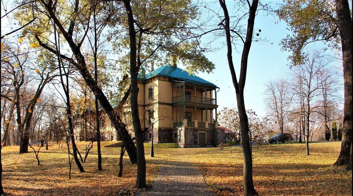 Усадьба в Лошицком парке осенью
