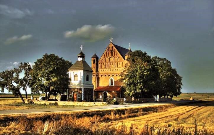 Церковь в Сынковичах на закате