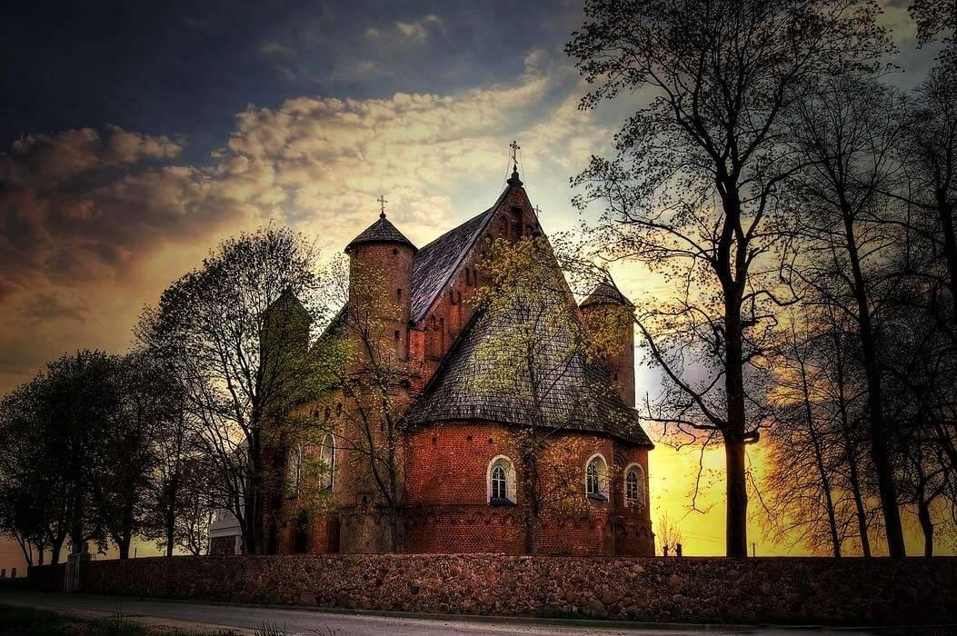 Сумерки в церкви-крепости в Сынковичах