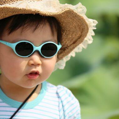 Девочка в очках, что делать с детьми в Минске