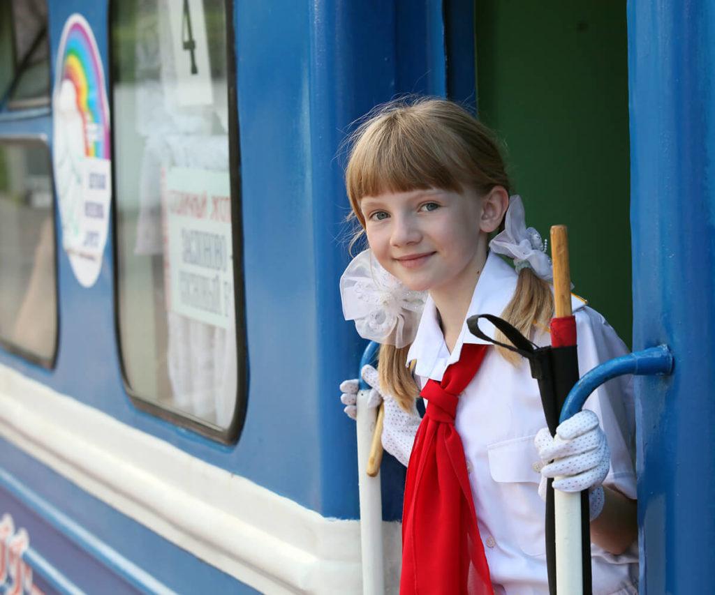 Девочка в поезде на детской железной дороге, Минск