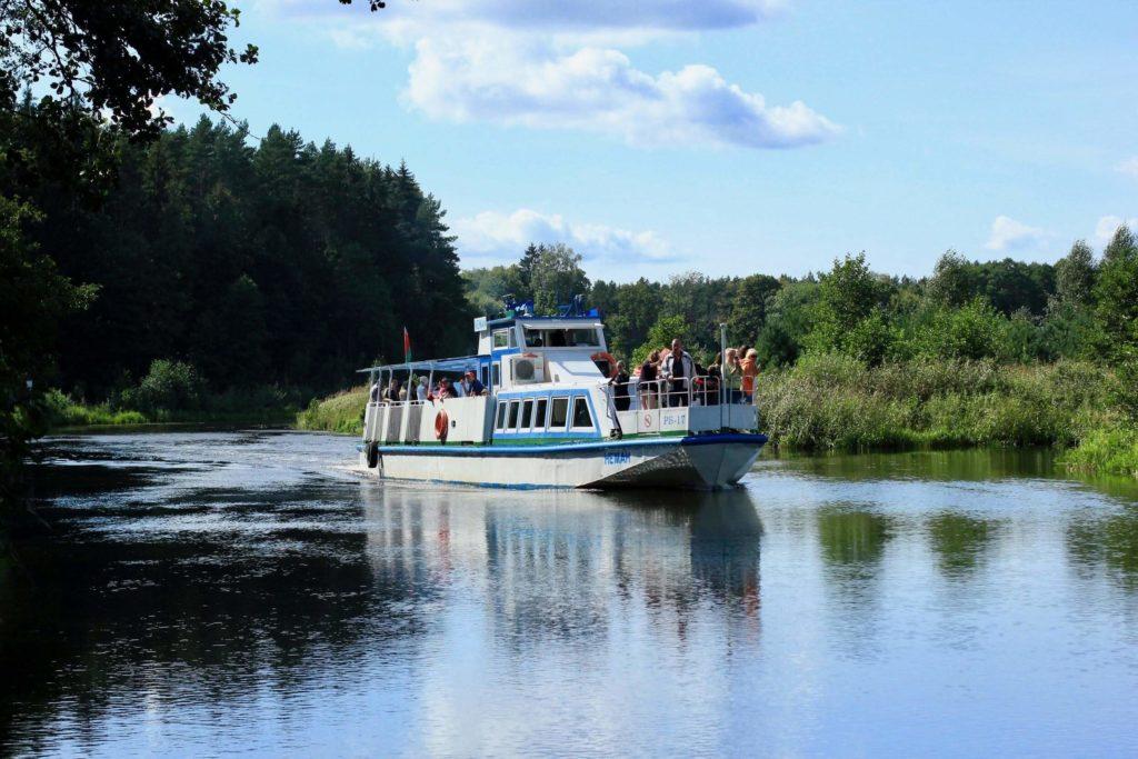 Пароход на Августовском канале, отдых на природе