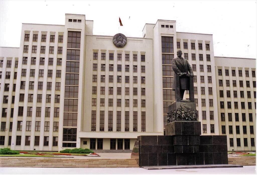 Дом Правительства в Минске и статуя Ленина