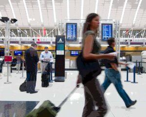 Путешественники в Минском аэропорту, покупающие авиабилеты в Беларусь