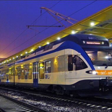 Поезд на вокзале в Минске, транспорт в Беларуси