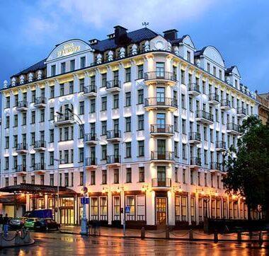 Гостиница Европа в Минске вид снаружи вечером