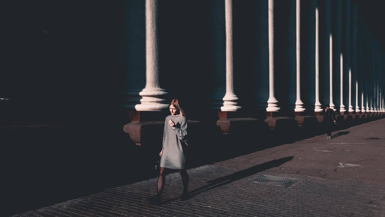 люди на улице, девушка рядом с колоннами, Минские улицы
