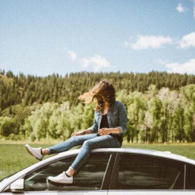 Девушка на крыше машины, путешествие по Беларуси на арендованном авто