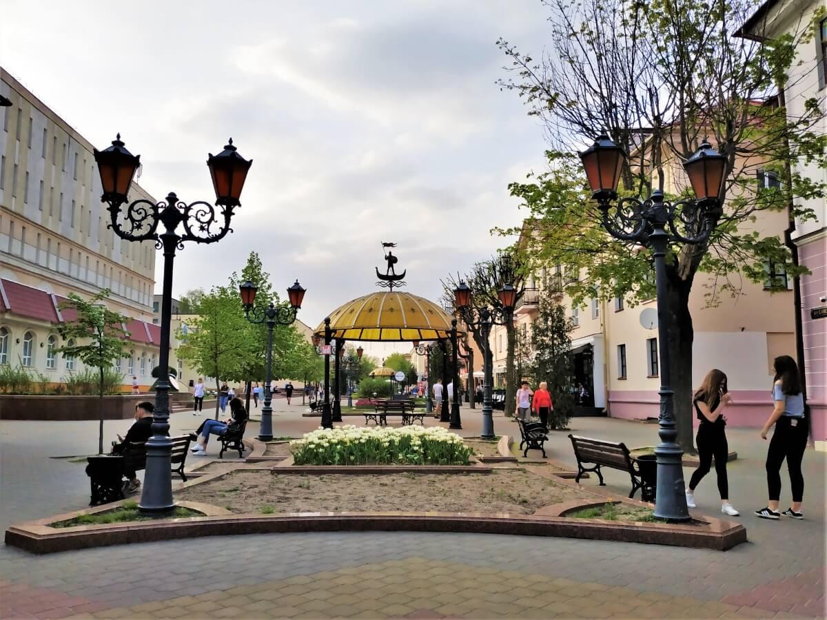 Беседка и фонари на улице Советской в Бресте