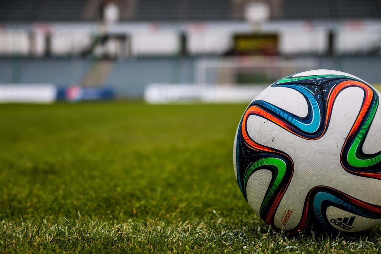 Футбольная культура в Беларуси, мяч на поле